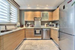 Кухня. Кипр, Айос Тихонас Лимассол : Элегантная вилла с бассейном и зеленым двориком, с просторной гостиной, 4 спальни, 4 ванные комнаты, парковка, Wi-Fi