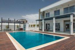 Фасад дома. Кипр, Аммос - Лимнария Бич : Современная вилла в 70 метрах от пляжа, с большим бассейном, двориком с барбекю и джакузи, 5 спален, 4 ванине комнаты, парковка, Wi-Fi