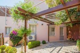 Парковка. Кипр, Айос Тихонас Лимассол : Роскошная вилла с бассейном и зеленым двориком, с просторной гостиной, 3 спальни, 2 ванные комнаты, парковка, Wi-Fi