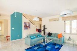 Гостиная. Кипр, Айос Тихонас Лимассол : Роскошная вилла с бассейном и зеленым двориком, с просторной гостиной, 3 спальни, 2 ванные комнаты, парковка, Wi-Fi