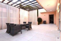 Терраса. Кипр, Айос Тихонас Лимассол : Роскошная вилла с бассейном и зеленым двориком, с просторной гостиной, 3 спальни, 3 ванные комнаты, парковка, Wi-Fi