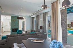 Гостиная. Кипр, Аммос - Лимнария Бич : Современная вилла в 70 метрах от пляжа, с большим бассейном, двориком с барбекю и джакузи, 6 спален, 3 ванине комнаты, парковка, Wi-Fi