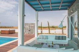 Патио. Кипр, Аммос - Лимнария Бич : Современная вилла в 70 метрах от пляжа, с большим бассейном, двориком с барбекю и джакузи, 6 спален, 3 ванине комнаты, парковка, Wi-Fi