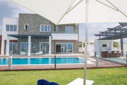Фасад дома. Кипр, Аммос - Лимнария Бич : Современная вилла в 70 метрах от пляжа, с большим бассейном, двориком с барбекю и джакузи, 6 спален, 3 ванине комнаты, парковка, Wi-Fi