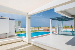 Территория. Кипр, Аммос - Лимнария Бич : Современная вилла в 70 метрах от пляжа, с большим бассейном, двориком с барбекю и джакузи, 6 спален, 3 ванине комнаты, парковка, Wi-Fi