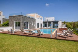 Фасад дома. Кипр, Аммос - Лимнария Бич : Современная вилла в 50 метрах от пляжа, с большим бассейном, двориком с барбекю и джакузи, 6 спален, 4 ванине комнаты, парковка, Wi-Fi