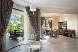 Гостиная. Кипр, Аргака : Роскошная вилла с бассейном и зеленым двориком с барбекю, 4 спальни, 6 ванных комната, сауна, парковка, Wi-Fi