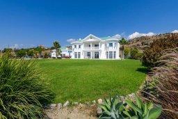 Фасад дома. Кипр, Пиргос : Роскошная вилла с большим бассейном, джакузи и зеленой территорией, 6 спален, 6 ванных комнат, бильярд, настольный теннис, тренажерный зал, сауна, парковка, Wi-Fi