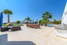 Зона отдыха у бассейна. Кипр, Пиргос : Роскошная вилла с большим бассейном, джакузи и зеленой территорией, 6 спален, 6 ванных комнат, бильярд, настольный теннис, тренажерный зал, сауна, парковка, Wi-Fi