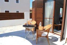 Терраса. Кипр, Ионион - Айя Текла : Прекрасная вилла с зеленым двориком в 100 метрах от пляжа, 3 спальни, 3 ванные комнаты, парковка, Wi-Fi