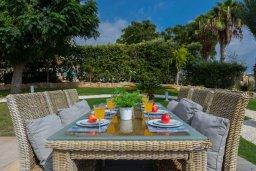 Обеденная зона. Кипр, Хлорака : Роскошная вилла в 100 метрах от пляжа с бассейном и зеленым двориком с барбекю, 4 спальни, 3 ванные комнаты, парковка, Wi-Fi