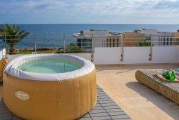 Терраса. Кипр, Хлорака : Роскошная вилла в 100 метрах от пляжа с бассейном и зеленым двориком с барбекю, 4 спальни, 3 ванные комнаты, парковка, Wi-Fi