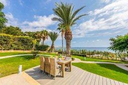 Территория. Кипр, Хлорака : Роскошная вилла в 100 метрах от пляжа с бассейном и зеленым двориком с барбекю, 4 спальни, 3 ванные комнаты, парковка, Wi-Fi